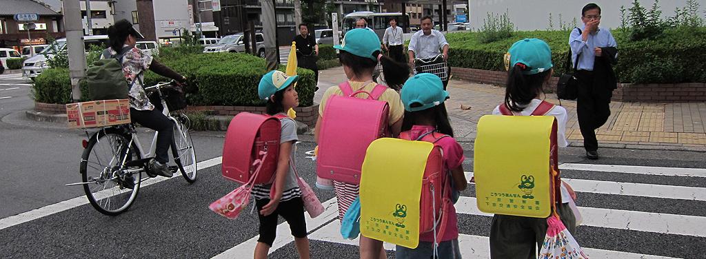 niños-mochilas
